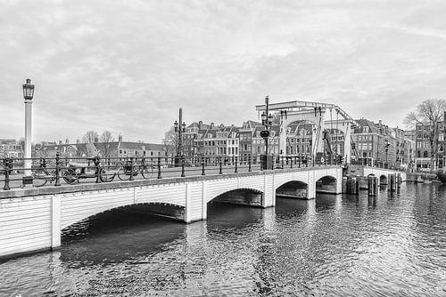 Zijaanzicht  van de Magere Brug in Amsterdam.