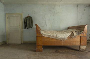 Schlafzimmer in einem verlassenen Bauernhaus von John Noppen