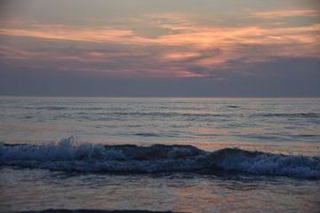 Golven bij zonsondergang op een zomeravond. van Jurjen Jan Snikkenburg