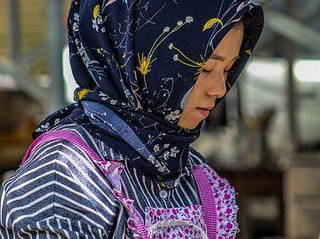 Vrouw in het Moslim Kwartier in Xi'An van Cecile van Essen