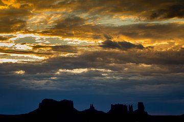 Monument Valley State Park sunrise van Harold van den Hurk