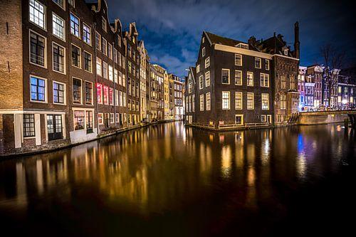 Grachtenpanden aan de zeedijk in Amsterdam