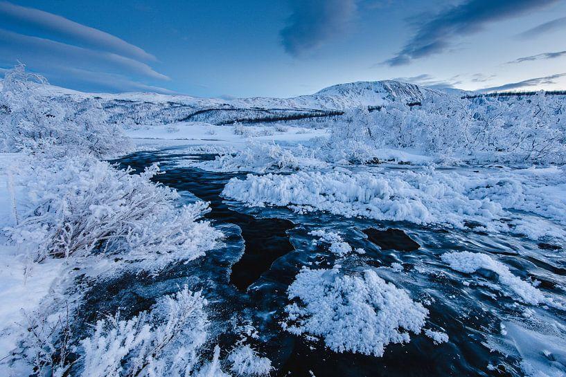 Rivier in Winterlandschap - Tromsø, Noorwegen van Martijn Smeets