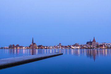 Blick über die Warnow auf die Stadt Rostock am Abend sur Rico Ködder