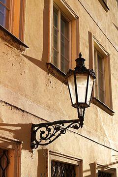 Lampe an der Fassade eines alten Hauses in der Altstadt von Prag von Heiko Kueverling