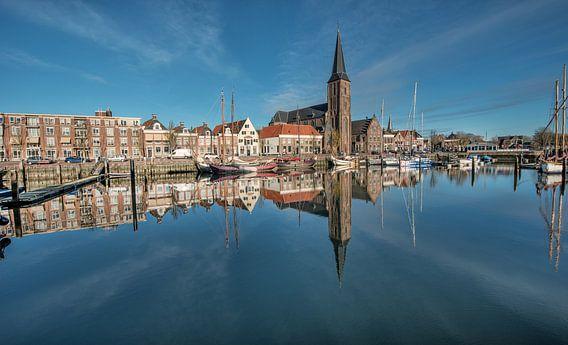 De Zuiderhaven van Harlingen gespiegeld in t herfstlicht