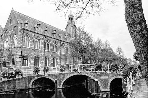 Nonnenbrug met Academiegebouw Leiden Nederland Zwart-Wit