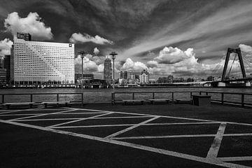 Skyline Rotterdam met Willemsbrug en Witte Huis van Mark De Rooij