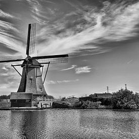 e célèbre canal Kinderdijk avec un moulin à vent. Ancien village hollandais Kinderdijk sur Tjeerd Kruse