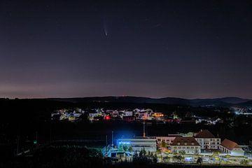 Zuzenhausen 's nachts (met komeet) van Uwe Ulrich Grün