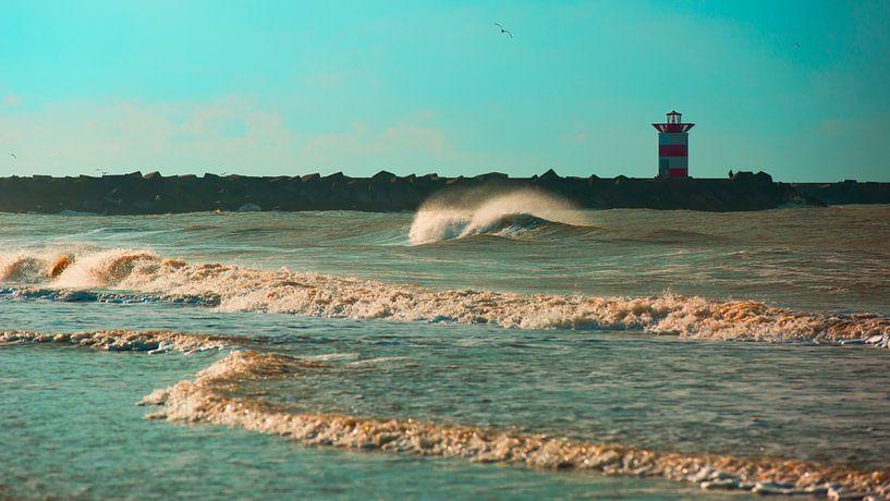 Golf voor het Scheveningse noorderhavenhoofd blauw van Wen van  Gampelaere
