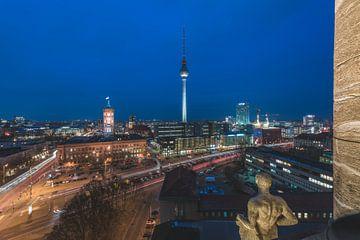 Berlin Skyline Altes Stadthaus zur Blauen Stunde von Jean Claude Castor