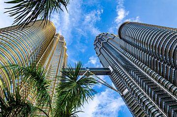 Petronas Towers in Kuala Lumpur met palmbomen van Dieter Walther