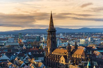 Winter zonsondergang boven Freiburg im Breisgau van Simon Dux