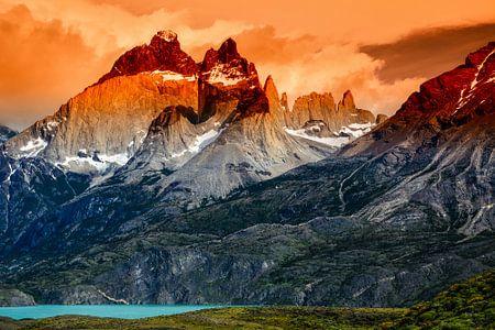 Berglandschap van Torres del Paine bij zonsondergang met de toppen van Cuernos del Paine