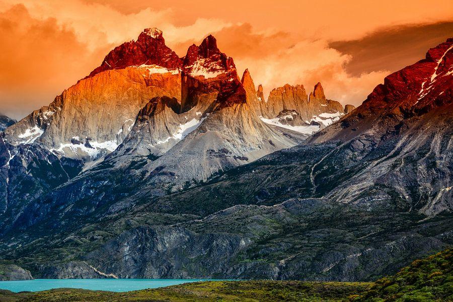 Berglandschaft der Torres del Paine bei Sonnenuntergang mit den Gipfeln der Cuernos del Paine