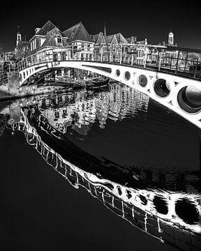 Bruggetje in het centrum van Dokkum in zwart-wit van Harrie Muis