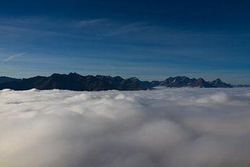 bergen boven de wolken van Raf Eussen