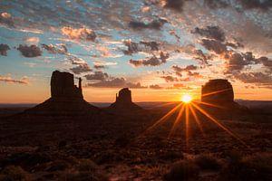 Zonsopgang in Monument Valley van Jonathan Vandevoorde