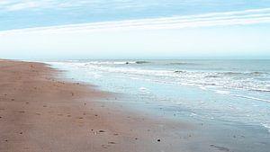 Minimalistische foto van het strand - Vrouwenpolder van Moments by Kim