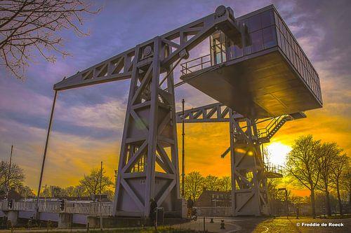 Zonsondergang gezien vanuit Brug den Ophef aan de Piushaven in Tilburg. van