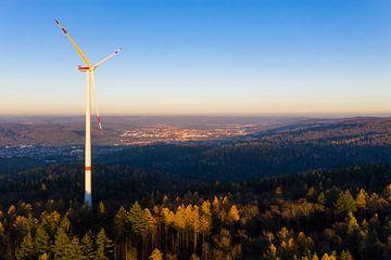 Une éolienne dans la lumière du soir sur Werner Dieterich