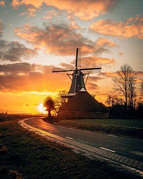 Windmühle De Hoop in Groningen Niederlande bei Sonnenaufgang von Marion Stoffels