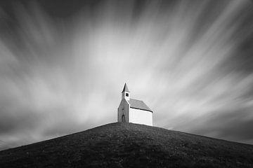 Chapelle sur une colline sous mouvement nuages floue en noir et blanc sur iPics Photography