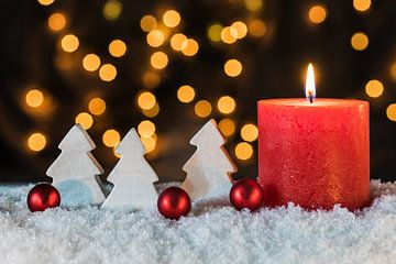 Feestelijke Kerstmis en Advent rode kaars decoratie met ornamenten van Alex Winter