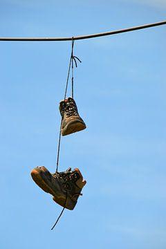 Schoenen op een stroomkabel van Heiko Kueverling