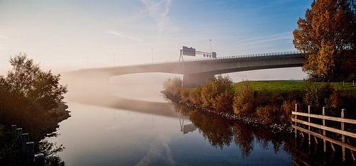 Verkeersbrug verdwijnt in de mist. van