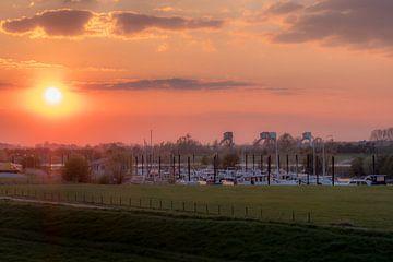 Haven Maurik bij zonsondergang van Moetwil en van Dijk - Fotografie