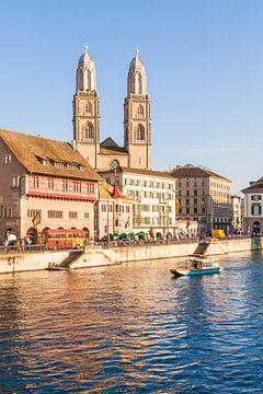 Oude binnenstad met de Grossmünster in Zürich van Werner Dieterich