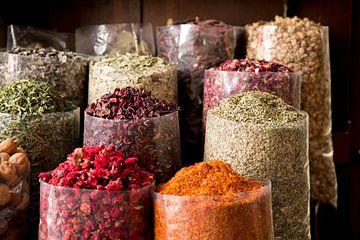 les épices arabes au marché du souk sur Karijn Seldam