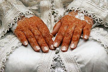 Traditionele trouwjurk met getatoeëerde henna handen van Shot it fotografie