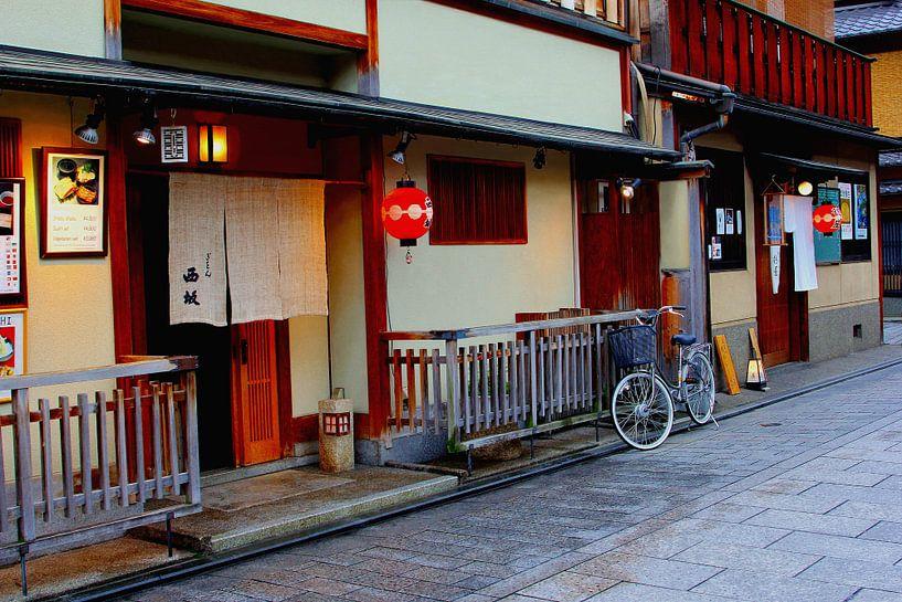 Petite rue de Kyoto, Japon sur Inge Hogenbijl