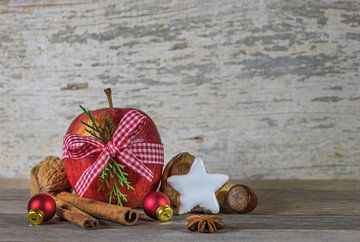 Traditionele kerstversiering met rode appel, noten, sterrenkoekje, kaneel van Alex Winter