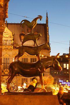 De Bremer Stadsmuzikanten en Kerstmarkt met huiskamer sch�tting bij Abendd�mmerung, Bremen, Duitslan van Torsten Krüger