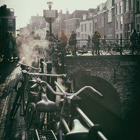 Nostalgisch beeld van De Maartensbrug in Utrecht over de Oudegracht op een koude herfstdag van De Utrechtse Grachten