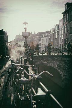 Nostalgische Statue der Maartensbrug in Utrecht über der Oudegracht an einem kalten Herbsttag von De Utrechtse Grachten