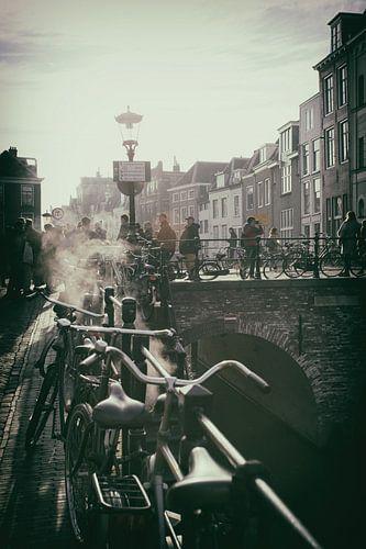 Nostalgisch beeld van De Maartensbrug in Utrecht over de Oudegracht op een koude herfstdag van