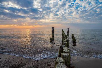 Buhnen im Sonnenuntergang an der Küste der Ostsee bei Graal Müritz von Rico Ködder