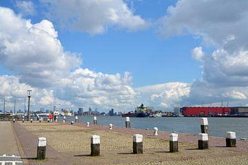 Uitzicht vanaf de kade bij Schiedam richting Rotterdam van FotoGraaG Hanneke
