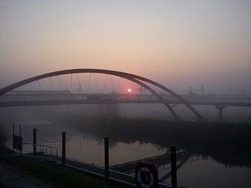 Zonsopgang langs de rivier (Dender, België) met brug. Lente. van Deborah Blanc
