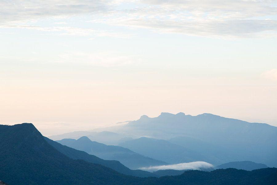 Bergen met zonsopkomst