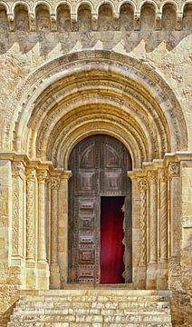 Coimbra: open deur naar de oude kathedraal Sé Velha van Berthold Werner