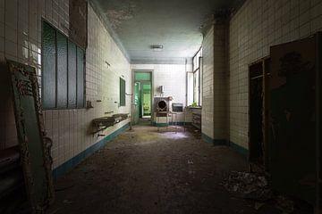 Chambre dans un hôpital abandonné. sur Roman Robroek