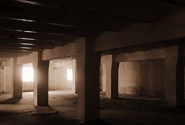 dunkler Kellerraum einer verlassenen stillgelegten Brauerei von Heiko Kueverling