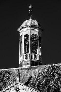 Torentje van het stadhuis in het Friese stadje Dokkum van Harrie Muis