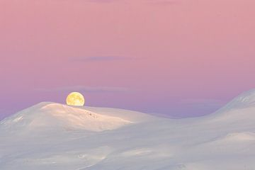 Roze zonsopkomst en maanondergang boven besneeuwde berg van Martijn Smeets